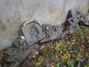 拝殿・本殿の脇の建物前に鬼瓦(丹生神社)