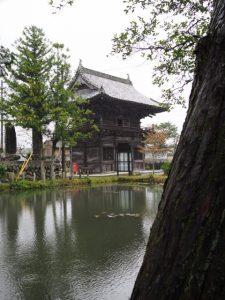 姿見の池越しに望む丹生大師(神宮寺)の山門(仁王門)