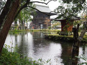 姿見の池越しに望む丹生大師(神宮寺)の山門(仁王門)と辨財天
