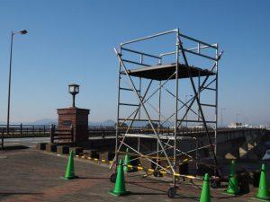 宮川に架かる度会橋の東詰に設置された全日本大学駅伝TV中継塔