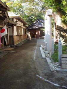 境内に引かれた一筋の白線、茜社(伊勢市豊川町)
