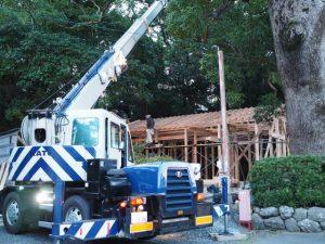 夕刻も社務所の建築作業、御薗神社(伊勢市御薗町王中島)