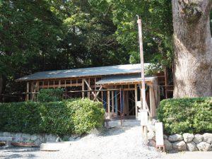 屋根に防水シートが張られていた建替え中の社務所、御薗神社(伊勢市御薗町王中島)
