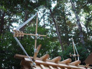 新しい殿舎の屋根に雁股矢と鏑矢、小社神社(皇大神宮 末社)