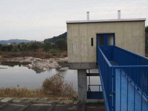 中万第4排水ひ門付近から望む灯明岩(櫛田川)