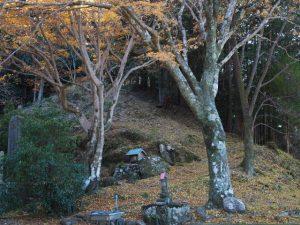 寶積寺の本堂前に続く坂道(度会郡大紀町)