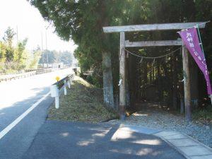 国道42号と岩瀧神社の鳥居(度会郡大紀町)