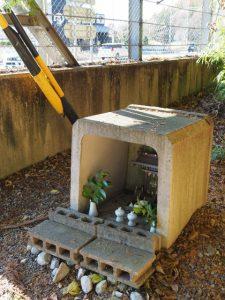 国道42号大宮大台IC入口交差点脇に祭られている神棚