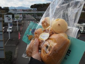 ぶらぶランチのためにJR亀山駅前で購入した詰め合わせパン
