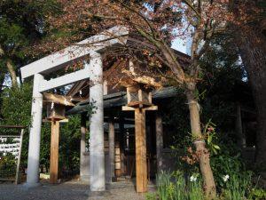 知らぬ間に洗われていた拝殿前の常夜燈、世木神社(伊勢市吹上)