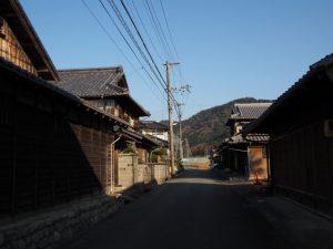 亀山市関町市瀬の家並み