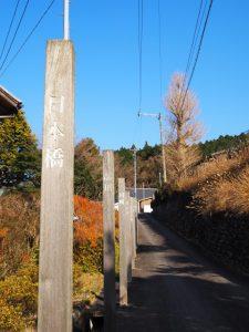 鈴鹿馬子唄会館前の道路脇に立つ東海道五十三次の木標