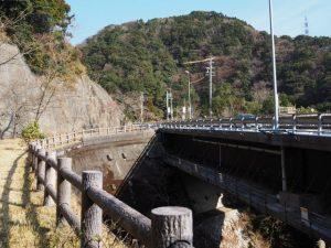 国道1号高架下を通る東海道付近