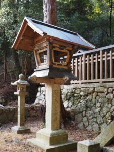 片山神社、手水舎付近の常夜燈