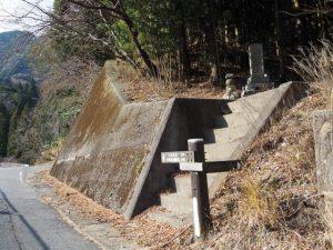 [ < 片山神社0.2K、鈴鹿峠0.6K ]の道標付近