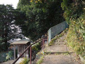 お菊稲荷神社への階段(桑名市矢田)