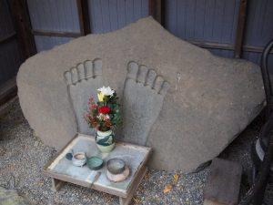 勧学寺の仏足石(桑名市矢田)